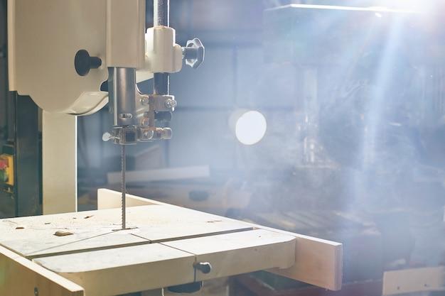 Houtbewerkingsmachine. lintzaag voor het snijden en zagen van planken in een werkplaats Premium Foto