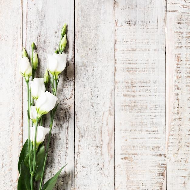 Houten achtergrond met boeket van witte bloemen Premium Foto