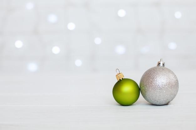 Houten achtergrond met groene ballen en geschenken. Premium Foto