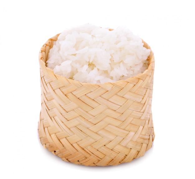 Houten bamboe doos in traditionele stijl met thaise kleverige rijst op wit Premium Foto