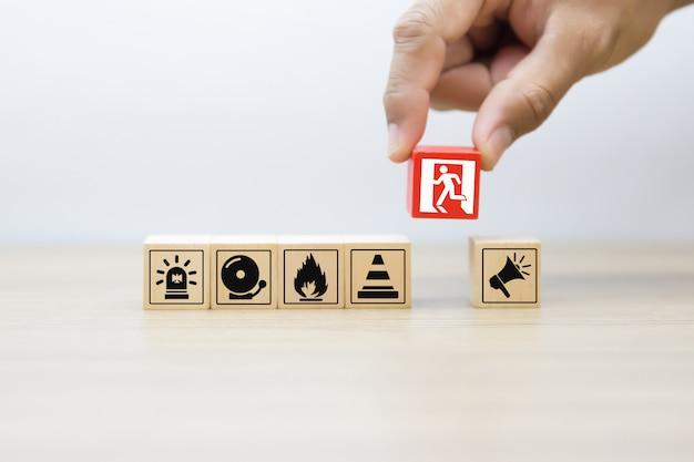 Houten blok met vuur en veiligheid pictogrammen Premium Foto