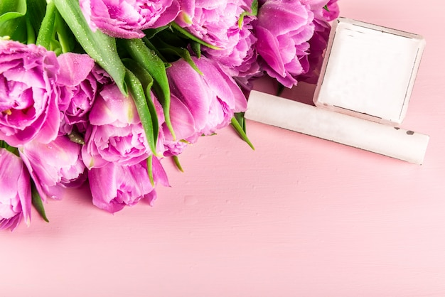 Houten blokken als kalender voor elke datum en voorjaarsvakantie Premium Foto