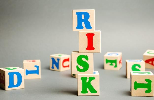 Houten blokken met het woord risico Premium Foto