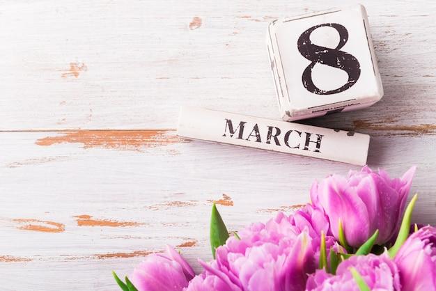 Houten blokken met internationale vrouwendagdatum, 8 maart Premium Foto