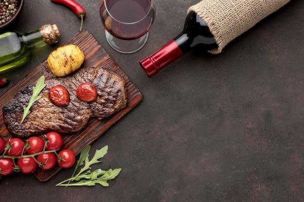 Houten bord met gegrild vlees met kopie-ruimte Premium Foto