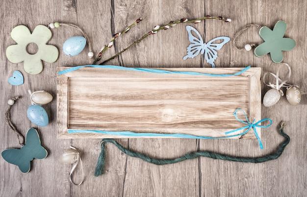 Houten bord op hout achtergrond met lente decodations Premium Foto