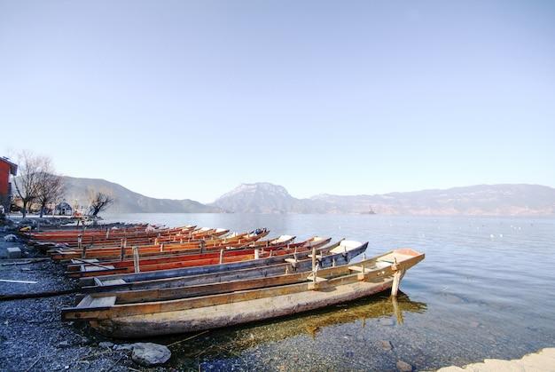 Houten boten geparkeerd op de kust Gratis Foto
