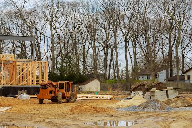 Houten bouwframe op nieuwe woningbouw huis framing huis een vorkheftruck van de boomvrachtwagen in het nieuwe huis Premium Foto
