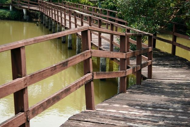 Houten brug over de vijver in het park Premium Foto