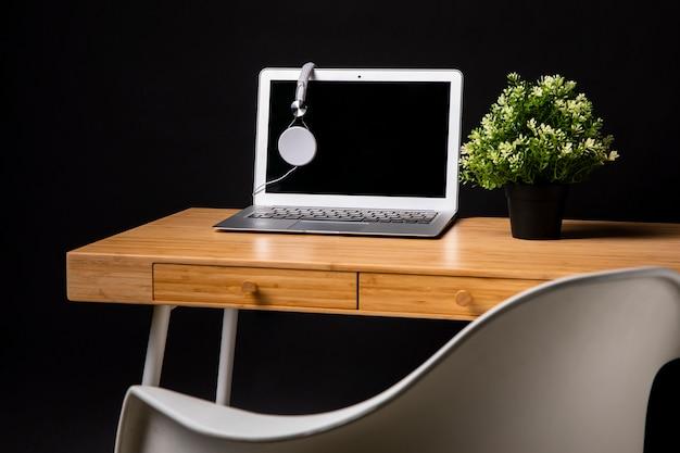 Houten bureau met laptop en stoel Gratis Foto