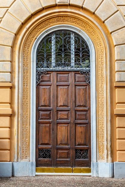 Houten deur in een mooi huis. detailopname. verticaal. Premium Foto