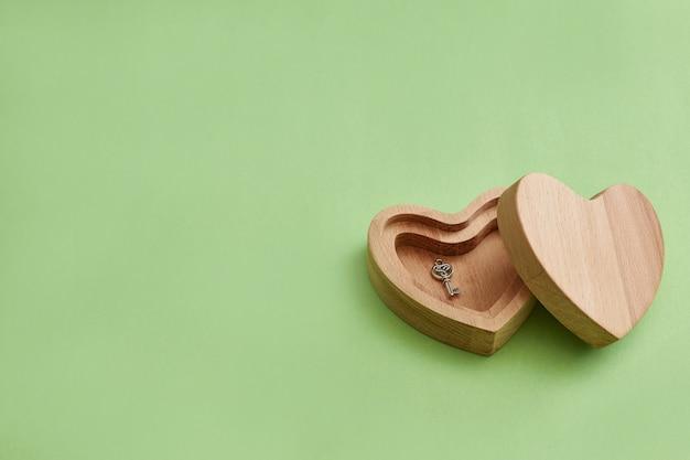 Houten doos. hart met een sleutel. valentijnsdag geschenk. moderne stijl, minimalisme. Premium Foto