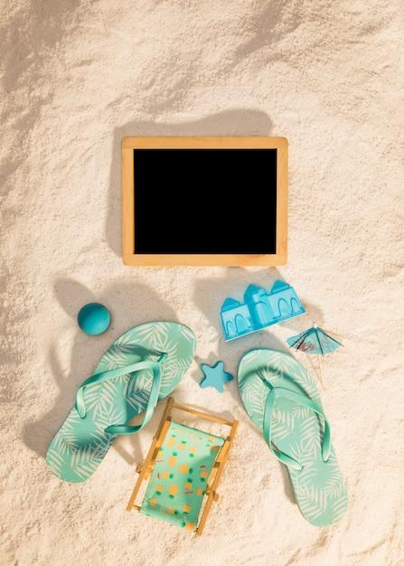 Houten fotolijst met blauwe strandattributen Gratis Foto