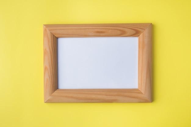 Houten fotolijst op geel Premium Foto