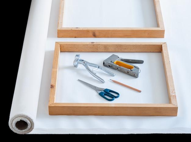 Houten frame op rol witte kunstenaar katoenen canvas met hulpmiddel voor te bereiden op het uitrekken Premium Foto