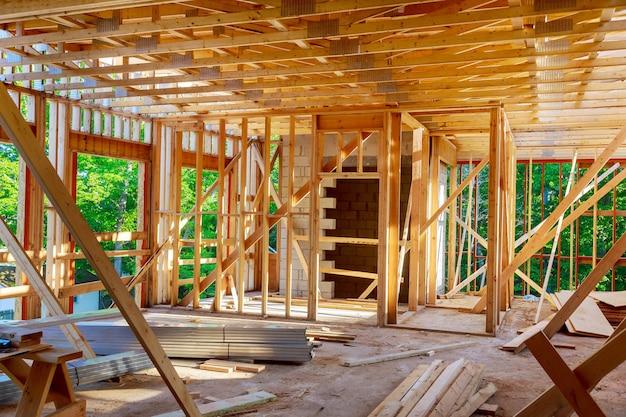 Houten frame structuur woningbouw op een nieuwe ontwikkeling framing van in aanbouw Premium Foto