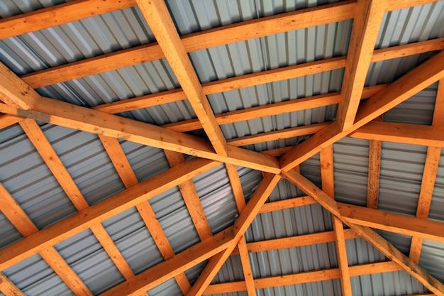 Houten frame van nieuw dak van binnenuit. constructie kader. Premium Foto