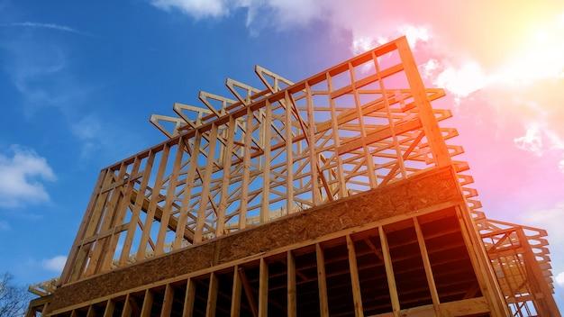 Houten framehuis, nieuwbouwdak met houten huisbouw inlijsten Premium Foto