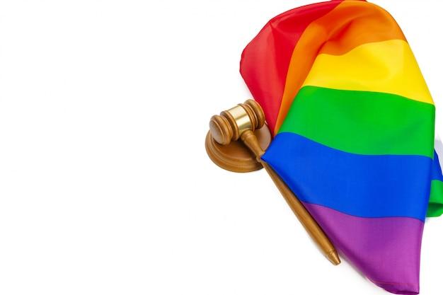 Houten geïsoleerde rechterhamer en lgbt regenboogvlag. wet en lgbt Premium Foto