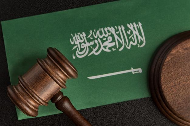 Houten hamer justitie op de vlag van saoedi-arabië. bibliotheek rechten. recht en rechtvaardigheid concept. Premium Foto
