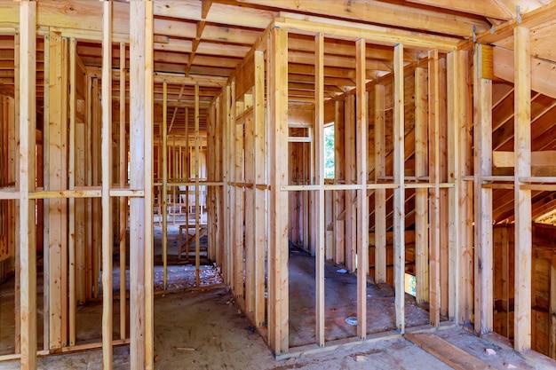 Houten huis dak framestructuur bouwen op een nieuwe ontwikkeling framing van in aanbouw Premium Foto