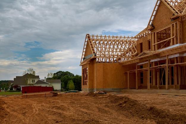 Houten huis in amerikaanse balken de weergave van het bouwen van framestructuur op een nieuwe ontwikkeling in aanbouw Premium Foto