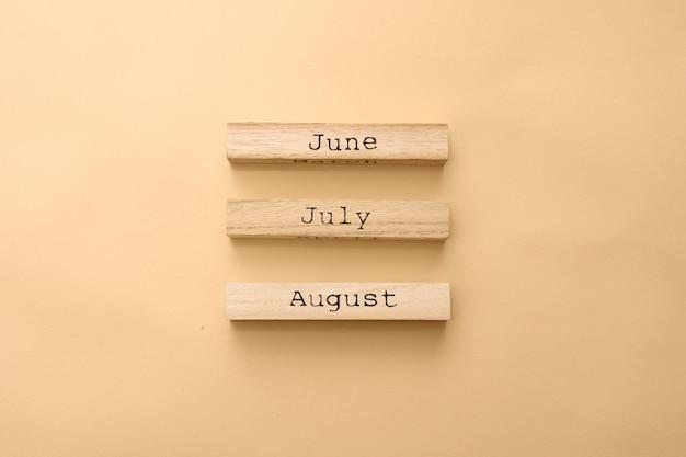 Houten kalender zomermaanden op houten kubussen. Premium Foto