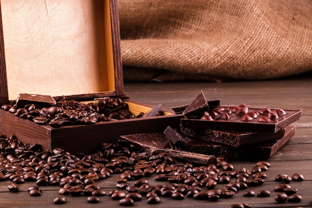 Houten kist met koffiebonen en chocolade Gratis Foto