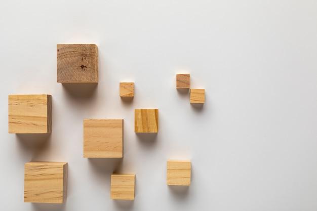 Houten kubussen op effen achtergrond Gratis Foto