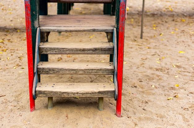 Houten ladder in de speeltuin op het zand in het park Gratis Foto