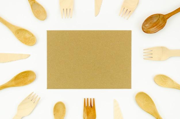 Houten lepel en vork op witte achtergrond Gratis Foto