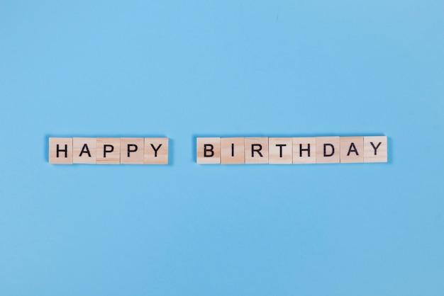 Houten letters gerangschikt in happy birthday Gratis Foto