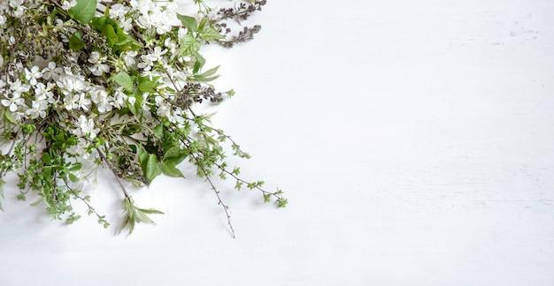 Houten lichte achtergrond met prachtige lentebloemen. Gratis Foto
