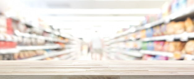 Houten lijstbovenkant met onduidelijk beeldsupermarkt op achtergrond, panoramische banner Premium Foto