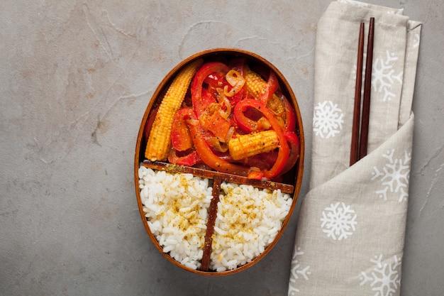Houten lunchdoos met gezond voedsel Premium Foto