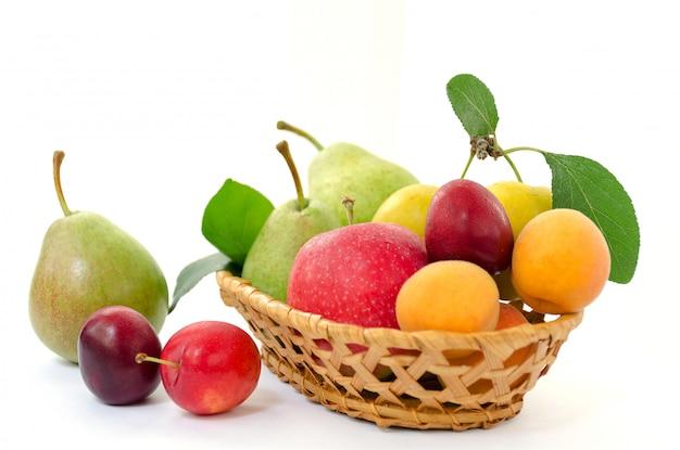 Houten mandje met rijp fruit. Premium Foto