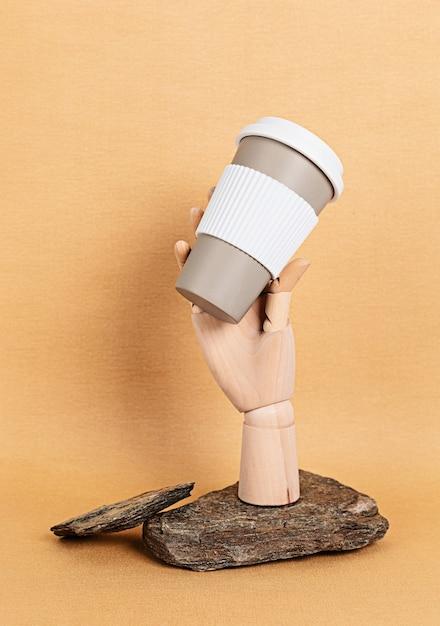 Houten mannequin hand met herbruikbare koffiemok Premium Foto