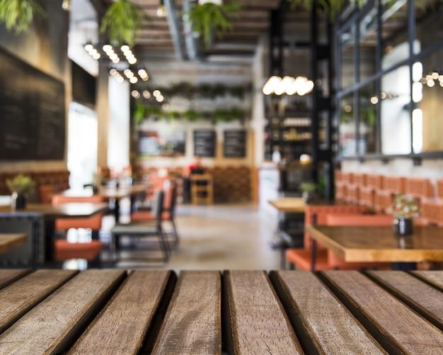 Houten oppervlak kijken naar tafels in restaurant Gratis Foto
