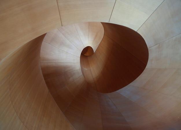 Houten oppervlak met een ronddraaiend cirkelvormig patroon Gratis Foto