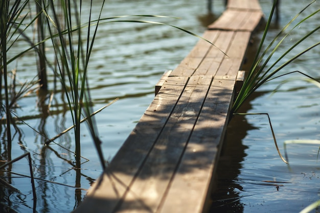 Houten pier op het meer in het dorp. Premium Foto