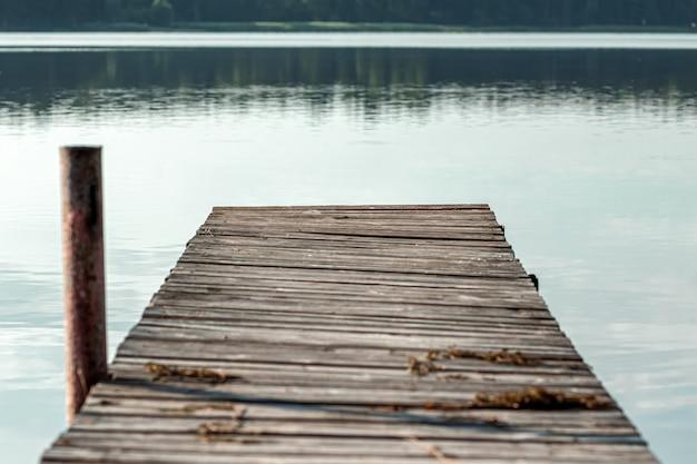 Houten pier op het mooie landschap van de de dageraad van de meerzomer. kopieer ruimte. Premium Foto