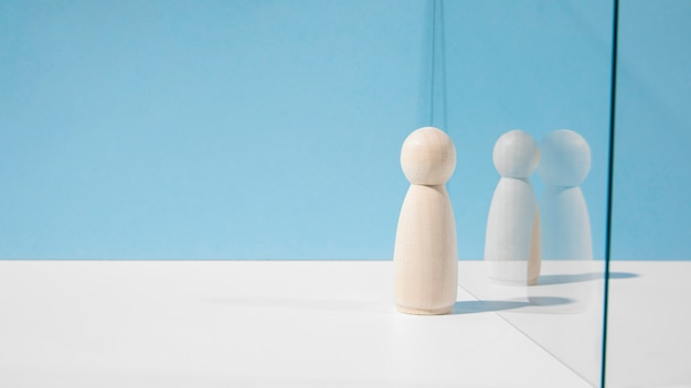 Houten pionnen met glasverdeler en exemplaarruimte Gratis Foto