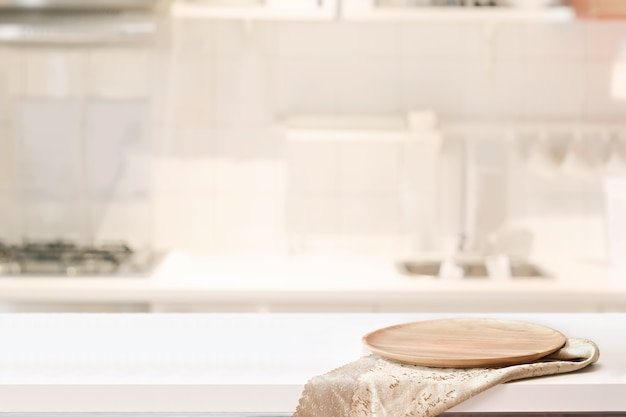 Houten plaat op witte lijst op de achtergrond van de keukenruimte Premium Foto
