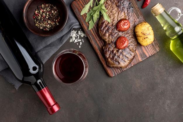 Houten plank met gegrild vlees en wijn Premium Foto