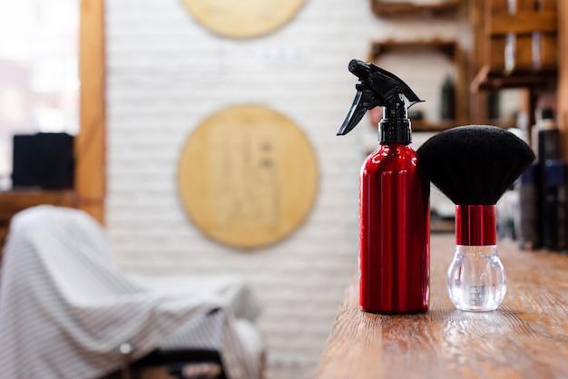 Houten plank met rode borstel en sproeier Gratis Foto