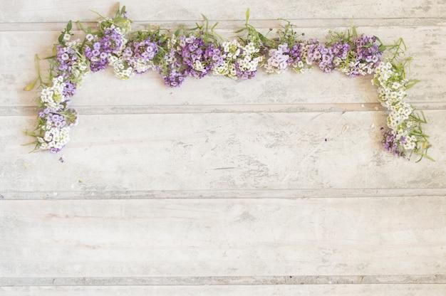 Houten planken met decoratieve bloemen Gratis Foto