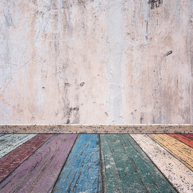 Houten Planken Op De Muur.Houten Planken Van Gekleurde Knikkers En Een Gebroken Betonnen Muur
