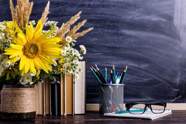 Houten schoolbordframe en vaasboeket op lege lijst Premium Foto