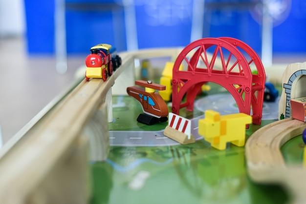 Houten speelgoed voor kinderen om de verbeelding te ontwikkelen. Premium Foto