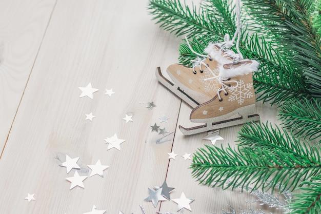 Houten speelgoedschaatsen omgeven door decoraties op de tafel onder de lichten Gratis Foto